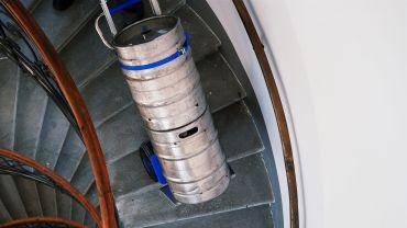 Liftkar SAL Ergo sube-escaleras eléctrico con barriles de cerveza en escaleras de caracol