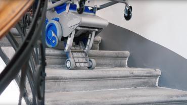 Liftkar PT S + Liftkar PT Uni sube-escaleras eléctrico en escaleras de caracol (versión completa)
